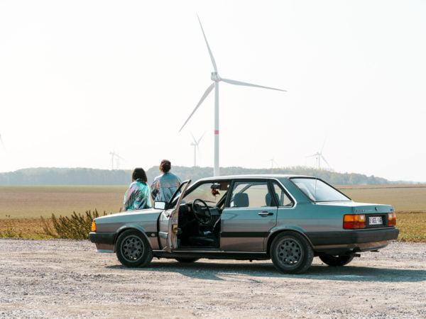 Vielle voiture Audi pour la réalisation du clip des géantes bleues des artistes CélénaSophia