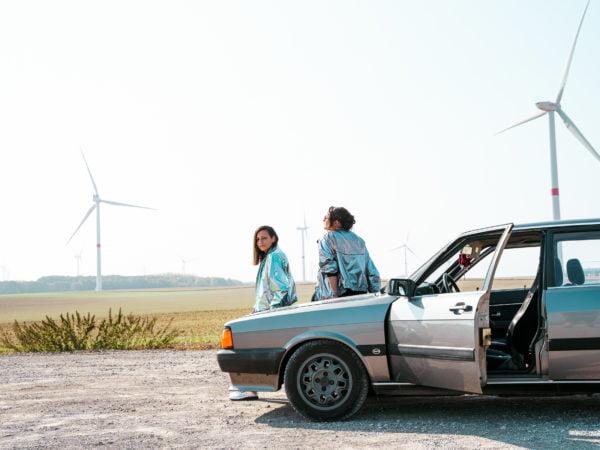 Vielle voiture Audi avec CélénaSophia pour la réalisation du clip des géantes bleues