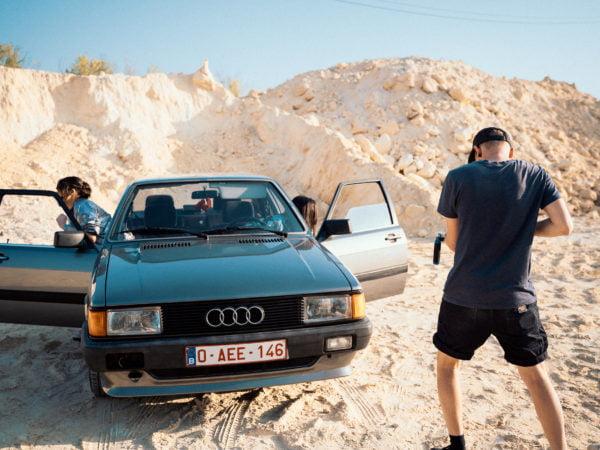 Vielle voiture Audi avec CélénaSophia et ToolOfDad pour la réalisation du clip des géantes bleues